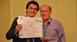 Pablo Guarda recibe su premio, junto a David Hensher.