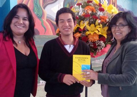 Directora y Jefa de UTP recibiendo libros  CAslider