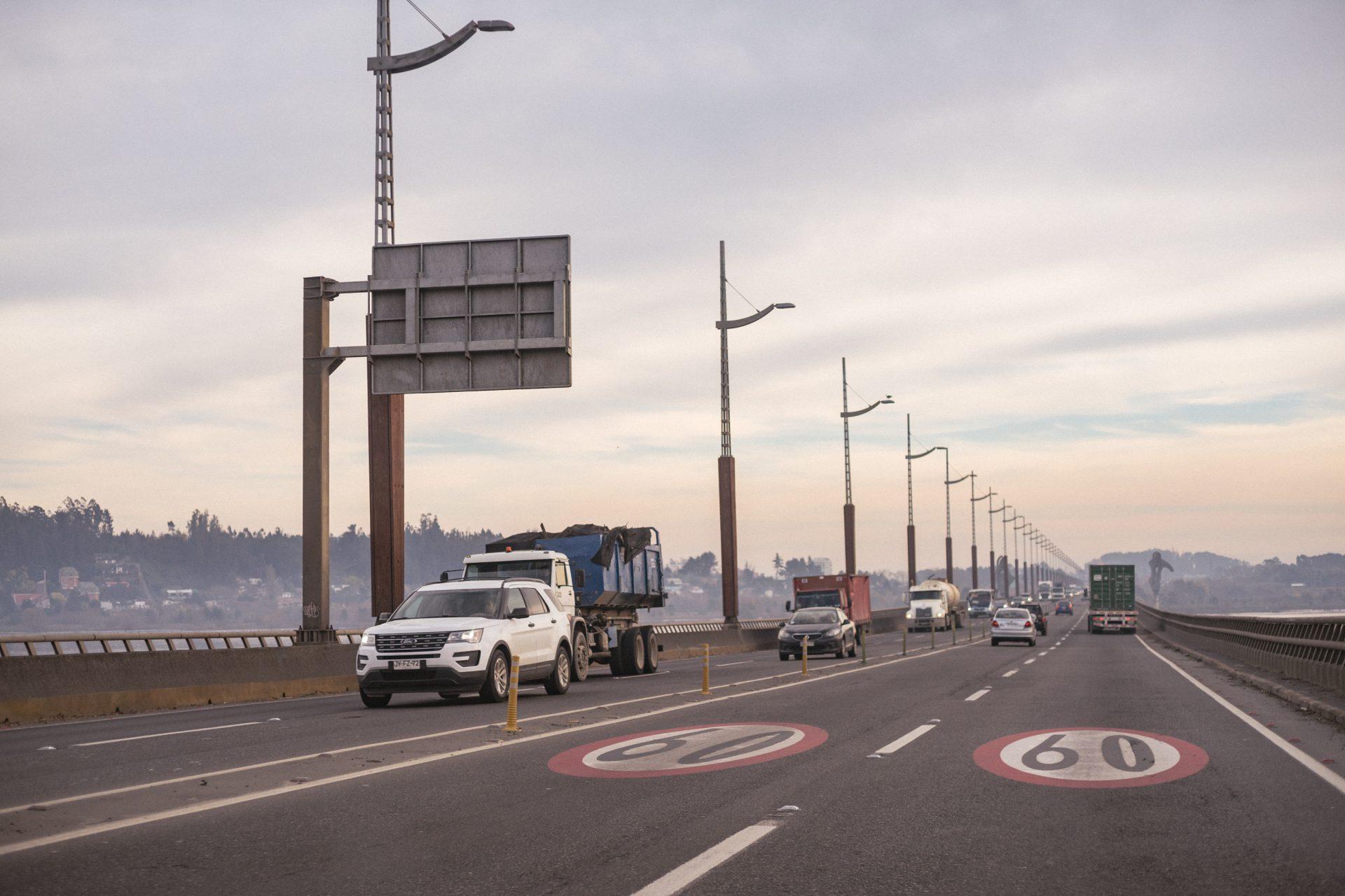 puente para vehículos que cruza el río bio bío