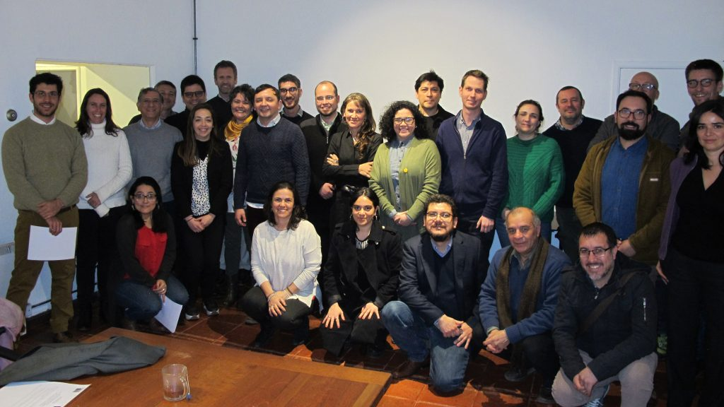 grupo de investigadores hombres y mujeres que integran mesa CIUDADES