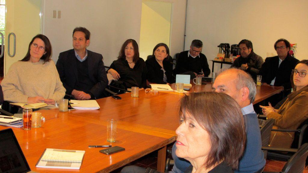 interantes del consejo nacional asesor alrededor de una mesa